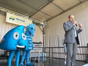 Wethouder Rik van der Linden geeft het startschot voor de sponsorloop Wandelen voor Water