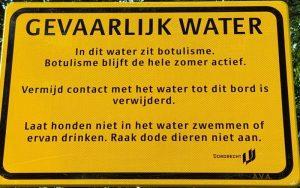 Een bord waarschuwt dat er botulisme zit in het water aan de Henri Polakstraat